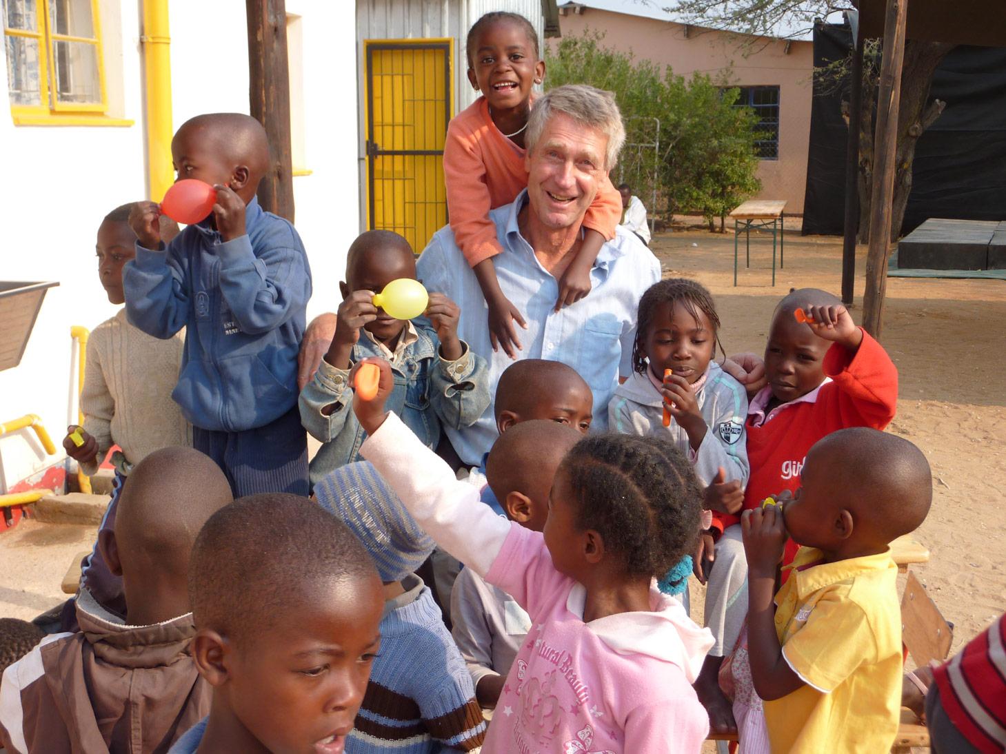 michael-hoppe-mit-kindern-namibia